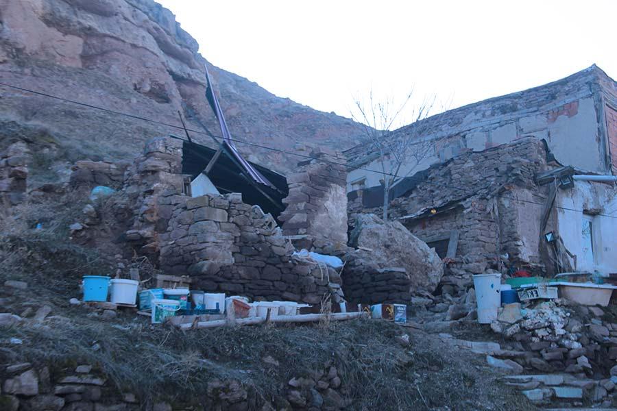 Dağdan Düşen Kayalar Evini Yıktı!
