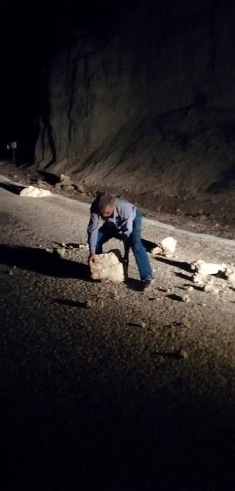 Dağdan Düşen Kayalar Karaman'da Yolu Kapattı
