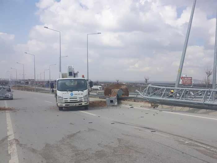 Karaman'da Sürücü Damperi Açık Unuttu Kaza Yaptı