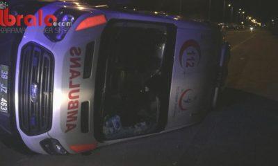 Hasta taşıyan ambulans kazada yan yattı