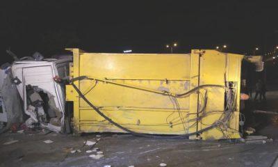 Başakşehir'de çöp kamyonu devrildi: 1 yaralı