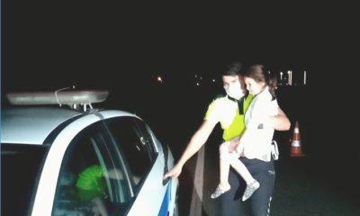 Kaza sonrası ağlayan küçük çocuğa polisten baba şefkati