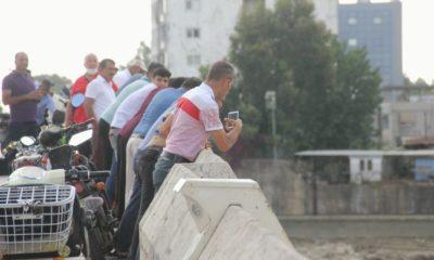 Köprüden düşen kadını görmek için sosyal mesafeyi unuttular