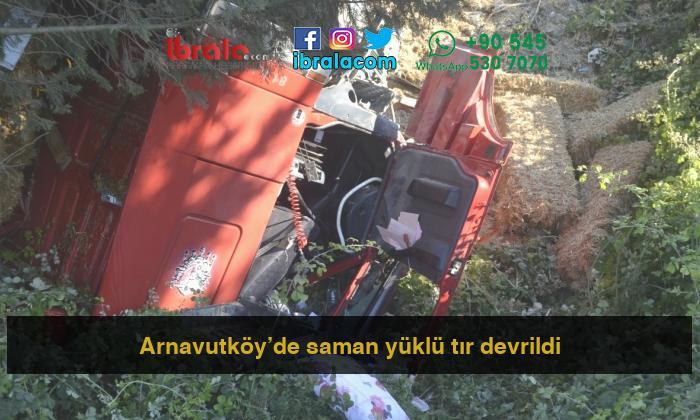 Arnavutköy'de saman yüklü tır devrildi