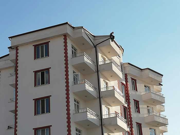 Karaman'da 8 Katlı Binanın Çatısına Çıktı!